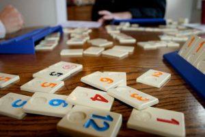 Fichas del juego Rummikub sobre una mesa